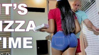 Ordino una pizza e mi scopo la rider nera Moriah Mills