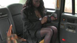 Vanessa Blue e il sesso tra i sediolini in pelle di Fake Taxi