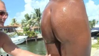 Tori Taylor curvy ebony sesso a bordo piscina