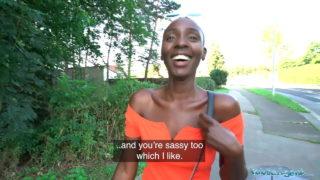 L'africana con figa pelosa Zaawaadi scopata nel bosco da Public Agent